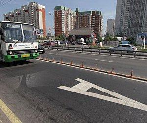 В Москве бордюрами отгородят выделенные полосы