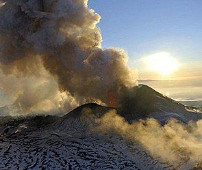 Три вулкана угрожают самолетам на Камчатке