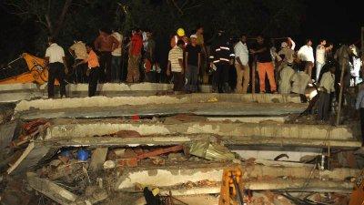 Обрушение жилого дома в Мумбаи.