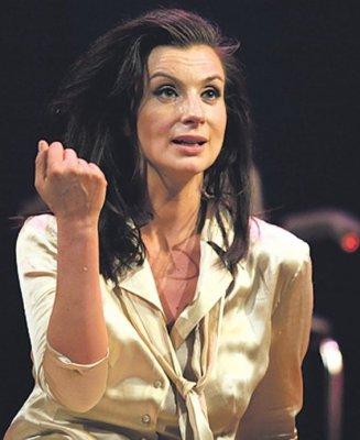 Екатерина Стриженова пришла на премьеру в банном махровом халате