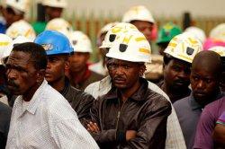 В ЮАР 200 горняков-нелегалов заблокированы в заброшенном забое